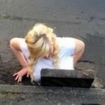 Una chica se queda atascada en una alcantarilla al intentar recuperar su Iphone